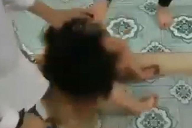 Hưng Yên: Nữ sinh lớp 9 bị 5 bạn lột quần áo, đánh hội đồng ngay lớp học phải nhập viện điều trị tâm thần - Ảnh 1.
