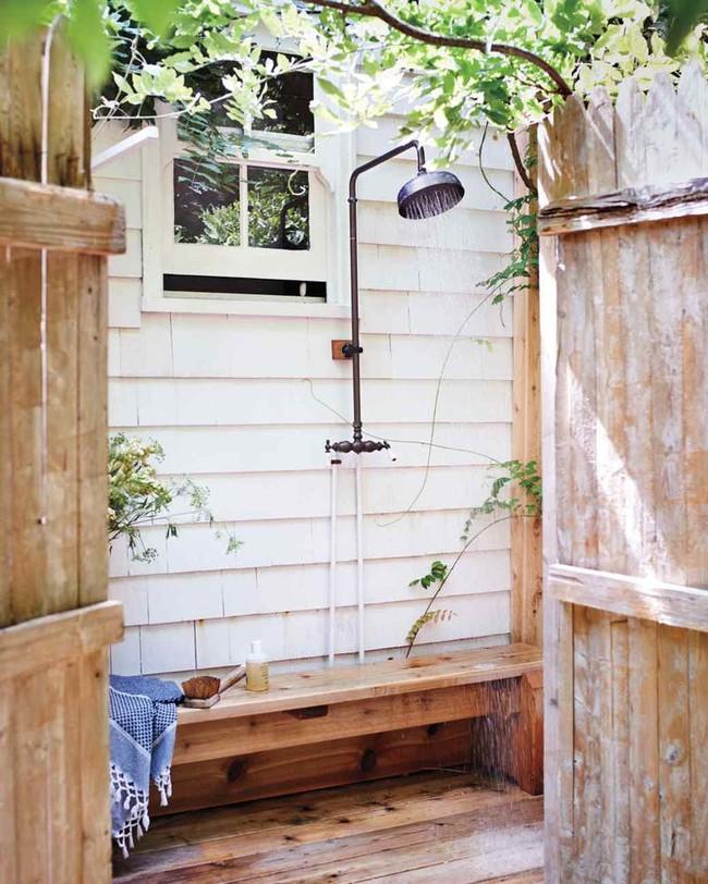 8 mẫu phòng tắm ngoài trời vừa đẹp vừa dễ để bạn biến cuộc sống tại nhà không khác gì ở các resort sang chảnh - Ảnh 1.