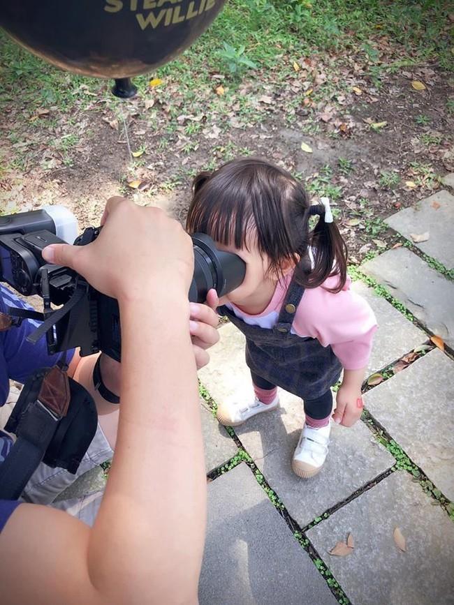 Bố bảo nhìn vào ống kính máy ảnh, không ngờ con gái làm một hành động khiến dân mạng xuýt xoa đứa trẻ quá thông minh - Ảnh 1.