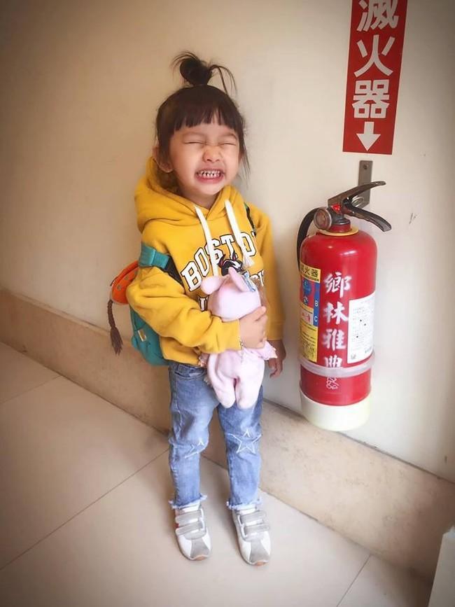 Bố bảo nhìn vào ống kính máy ảnh, không ngờ con gái làm một hành động khiến dân mạng xuýt xoa đứa trẻ quá thông minh - Ảnh 3.
