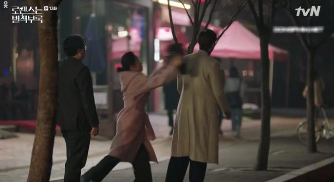 Phụ lục tình yêu: Chọn yêu Lee Na Young, Lee Jong Suk bị bố mẹ vợ hụt hành hạ lên bờ xuống ruộng - Ảnh 3.