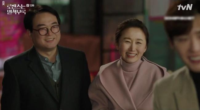 Phụ lục tình yêu: Chọn yêu Lee Na Young, Lee Jong Suk bị bố mẹ vợ hụt hành hạ lên bờ xuống ruộng - Ảnh 2.