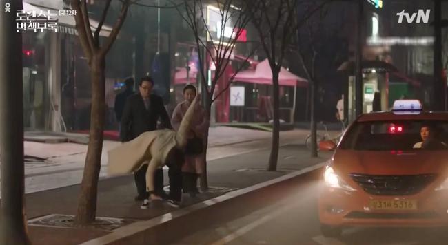 Phụ lục tình yêu: Chọn yêu Lee Na Young, Lee Jong Suk bị bố mẹ vợ hụt hành hạ lên bờ xuống ruộng - Ảnh 6.