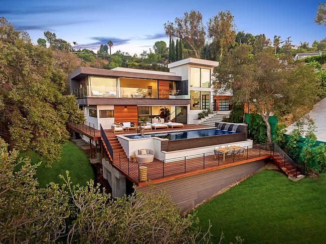 Kinh ngạc ngôi nhà hiện đại ở California ẩn mình giữa những cây sồi lớn khổng lồ nhờ vẻ ngoài mang tông màu đất - Ảnh 1.