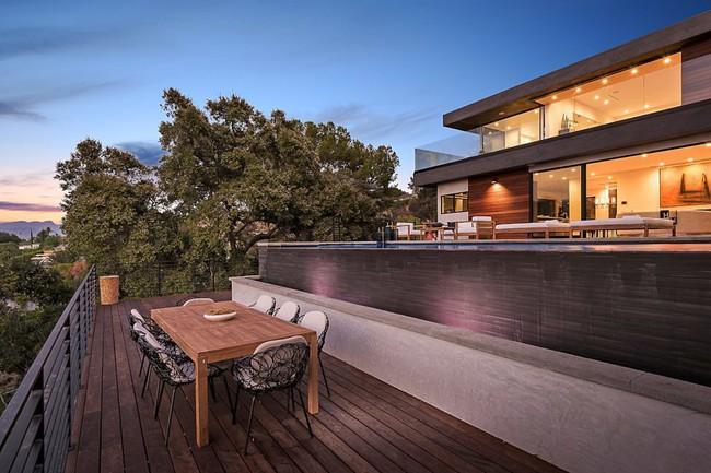 Kinh ngạc ngôi nhà hiện đại ở California ẩn mình giữa những cây sồi lớn khổng lồ nhờ vẻ ngoài mang tông màu đất - Ảnh 3.