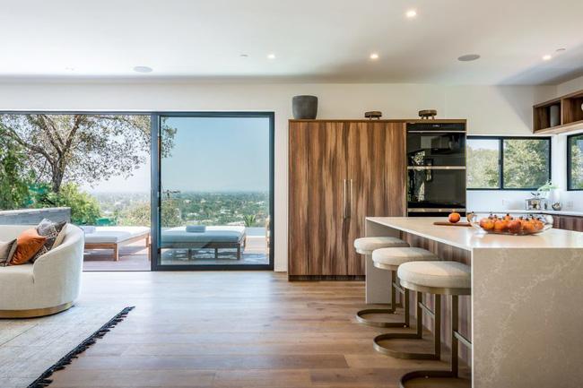 Kinh ngạc ngôi nhà hiện đại ở California ẩn mình giữa những cây sồi lớn khổng lồ nhờ vẻ ngoài mang tông màu đất - Ảnh 4.