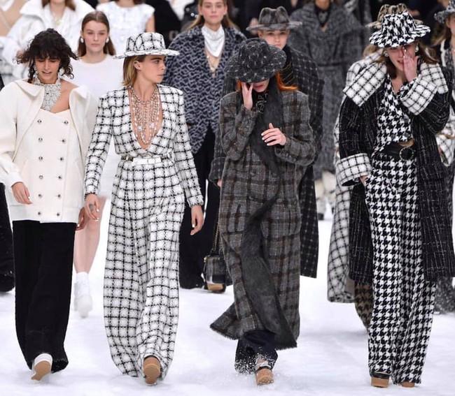 Không phải những thiết kế hay dàn sao xuất hiện tại hàng ghế đầu, đây mới chính là khoảnh khắc xúc động khó quên nhất trong show diễn của Chanel  - Ảnh 8.