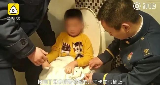 Bé trai 6 tuổi kêu khóc cầu cứu trong nhà vệ sinh, người nhà bước vào nhìn thấy trên tay đứa trẻ món đồ gây nghiện - Ảnh 1.
