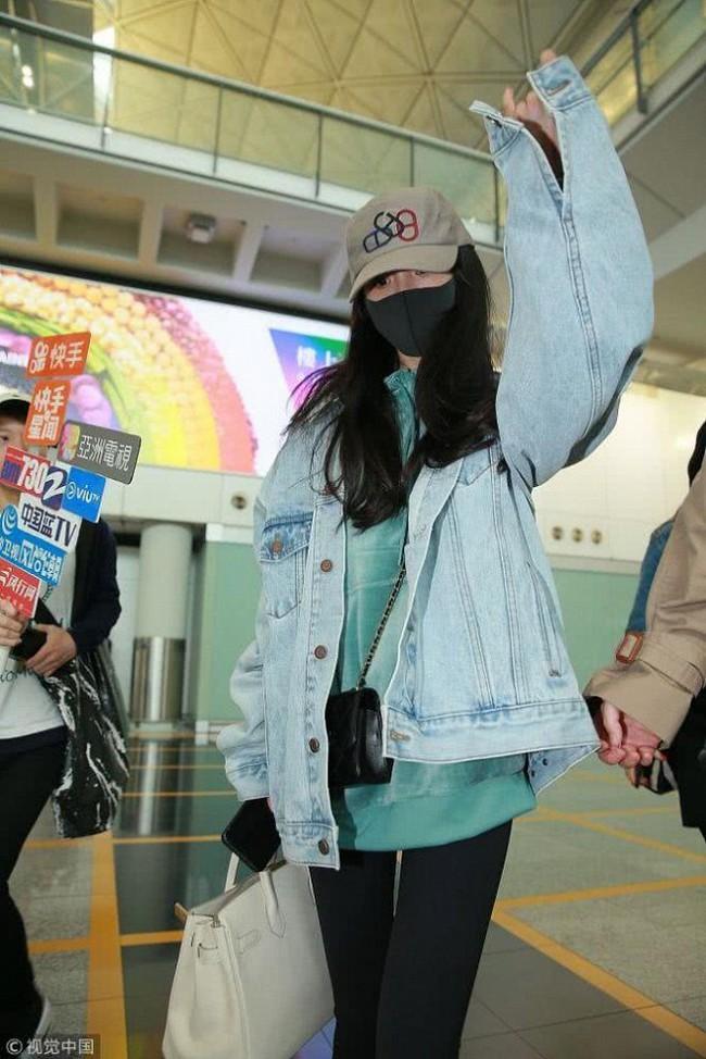 Dương Mịch về Hong Kong thăm con gái, vừa bước xuống máy bay gặp phải tình huống vô cùng khốn khổ  - Ảnh 2.