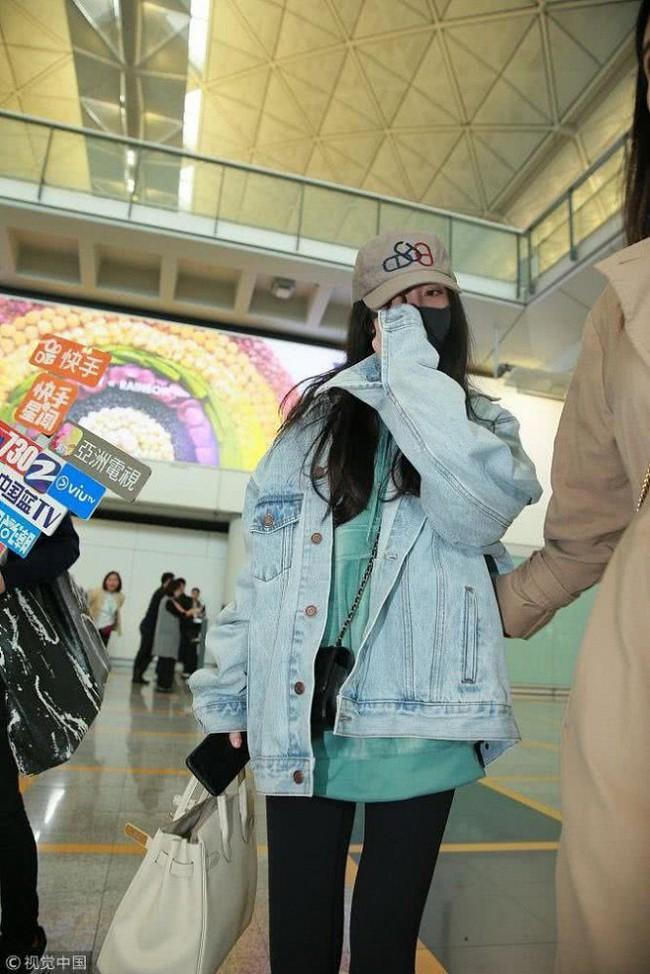 Dương Mịch về Hong Kong thăm con gái, vừa bước xuống máy bay gặp phải tình huống vô cùng khốn khổ  - Ảnh 4.