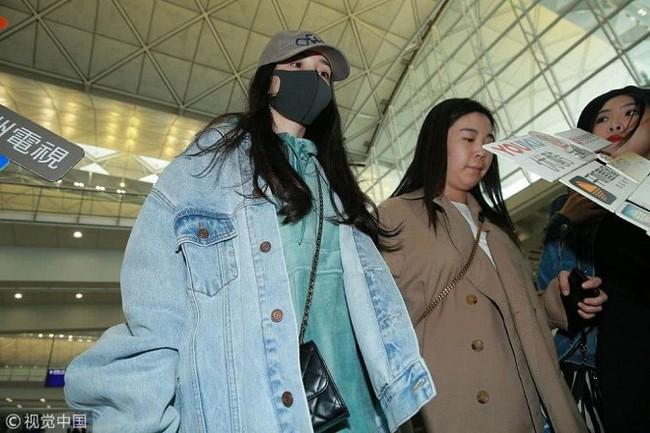 Dương Mịch về Hong Kong thăm con gái, vừa bước xuống máy bay gặp phải tình huống vô cùng khốn khổ  - Ảnh 3.