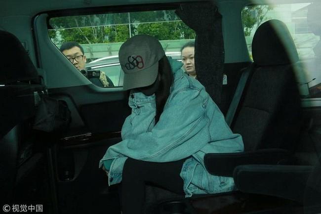Dương Mịch về Hong Kong thăm con gái, vừa bước xuống máy bay gặp phải tình huống vô cùng khốn khổ  - Ảnh 5.