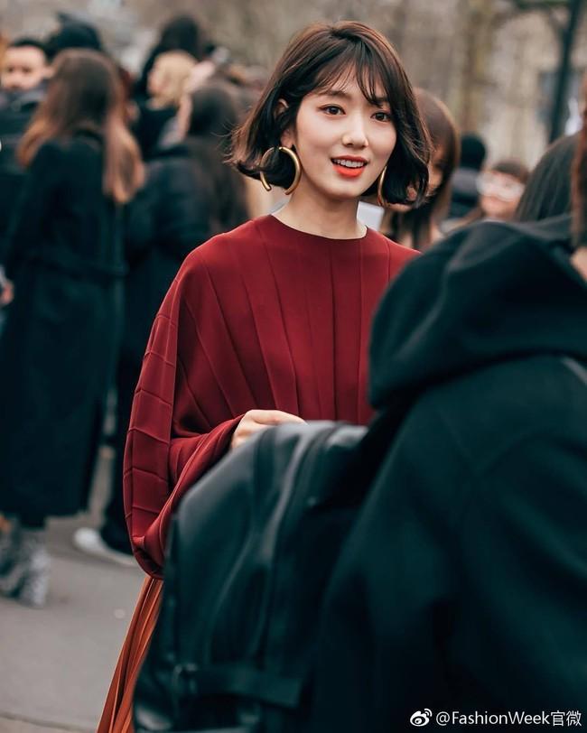 """Cái giá của sự sành điệu: Tai Park Shin Hye chảy xệ thấy rõ chỉ vì đôi khuyên tai size """"khủng"""" - Ảnh 5."""