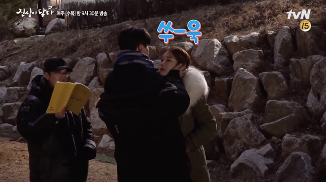 Hậu trường cảnh hôn lãng mạn đâu không thấy, chỉ thấy Lee Dong Wook - Yoo In Na cười từ đầu tới cuối - Ảnh 4.