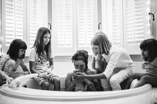 Bộ ảnh tuyệt đẹp: Khi mẹ lâm bồn nhưng vẫn có 5 cô con gái đáng yêu kề bên gây xúc động mạnh - Ảnh 5.