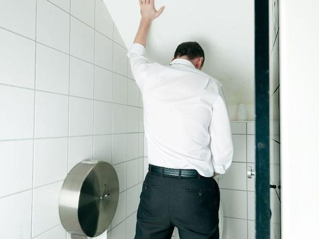 Buồn tiểu đi ngay để tốt cho thận hóa ra là sai lầm: Hãy nghe chuyên gia phân tích tác hại - Ảnh 1.