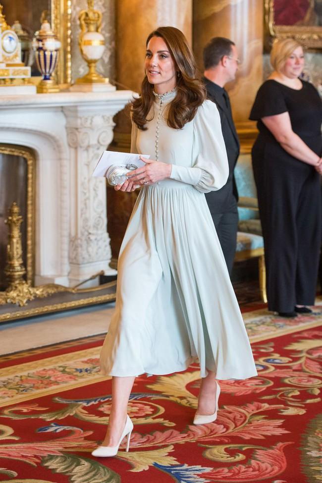 Công nương Kate vừa diện một bộ váy bí ẩn không ai tìm ra nhãn hiệu, hoá ra là học hỏi cách ăn mặc của Nữ hoàng Elizabeth - Ảnh 2.