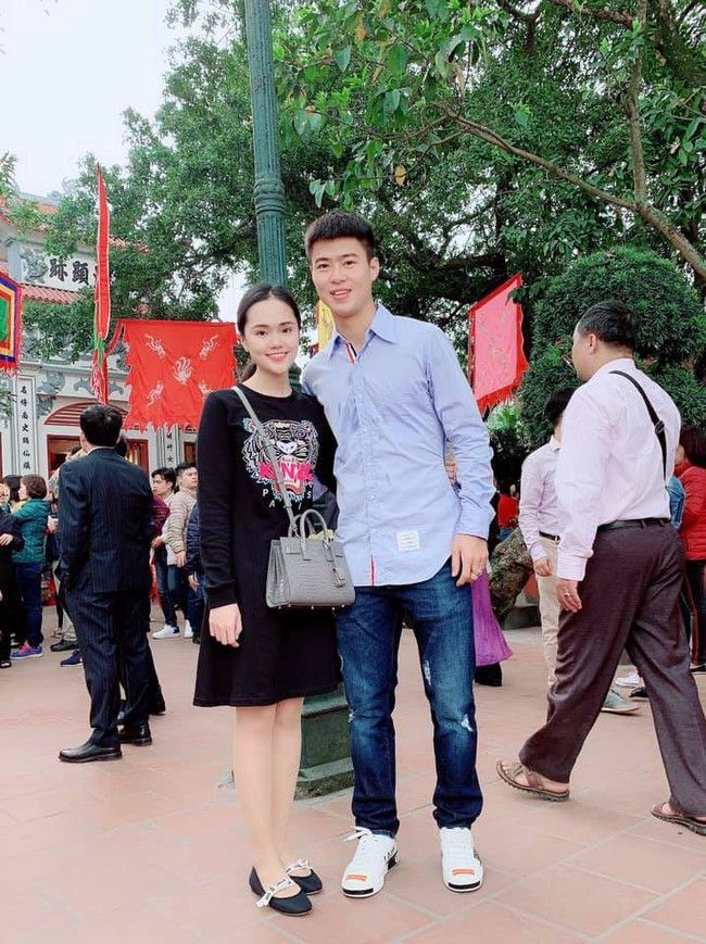 Được Duy Mạnh tặng giày hiệu, Quỳnh Anh đi đâu làm gì cũng chỉ diện quà mà bạn trai mua - Ảnh 3.