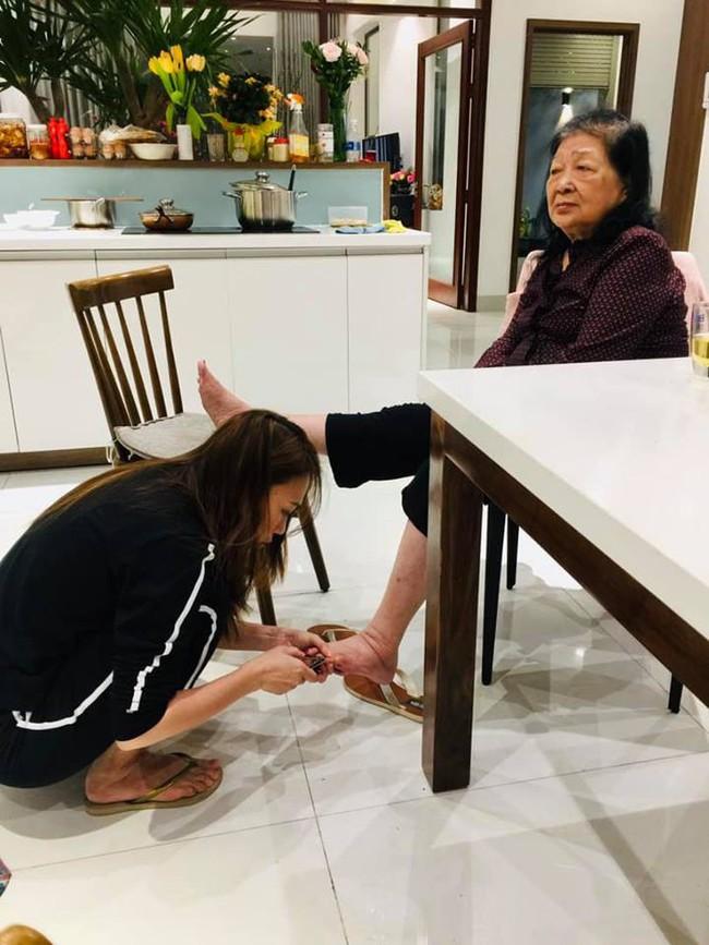 Xúc động hình ảnh Mỹ Tâm ngồi bệt, cắt móng chân cho mẹ: Dẫu là ngôi sao hàng đầu showbiz, về nhà vẫn là cô con gái nhỏ  - Ảnh 1.