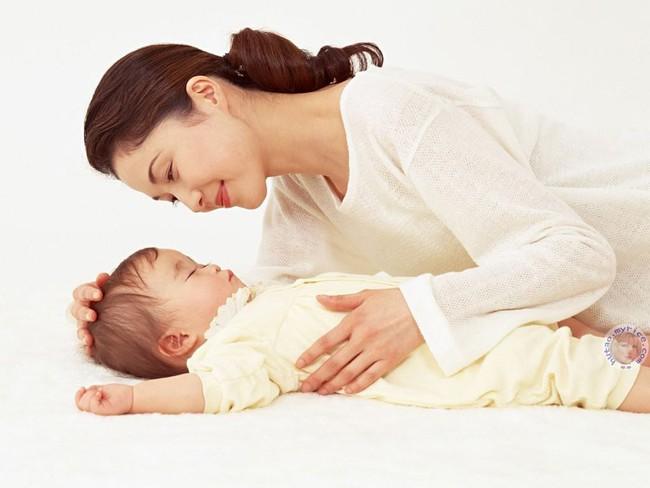 Cha mẹ lưu ý: Ru con ngủ không đúng cách có thể khiến trẻ phải đối mặt với nguy hiểm này - Ảnh 2.