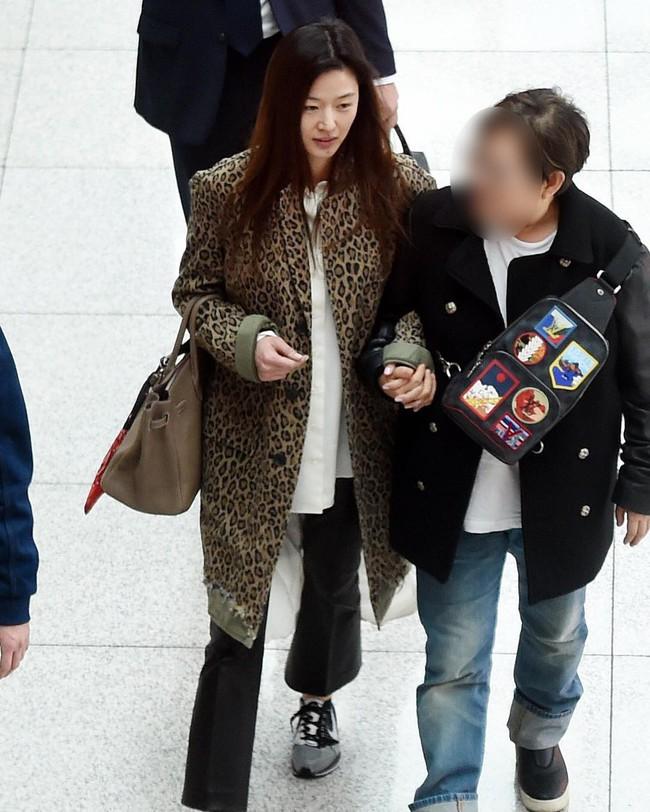 Mới giản dị như người thường ở sân bay, chỉ sau vài tiếng Jun Ji Hyun đã triệu hồi đẳng cấp nữ hoàng trứ danh như thế nào? - Ảnh 2.