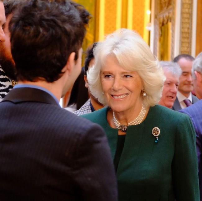Cư dân mạng bất bình khi người thứ ba Camilla vô tư diện lại món nữ trang từng thuộc về Công nương Diana - Ảnh 2.