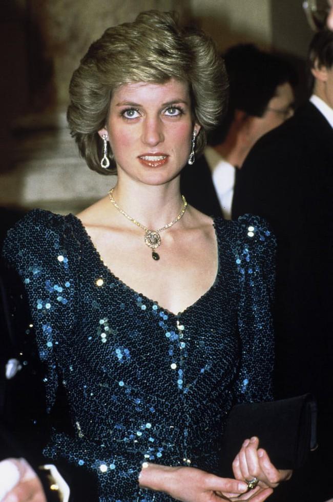 Cư dân mạng bất bình khi người thứ ba Camilla vô tư diện lại món nữ trang từng thuộc về Công nương Diana - Ảnh 3.