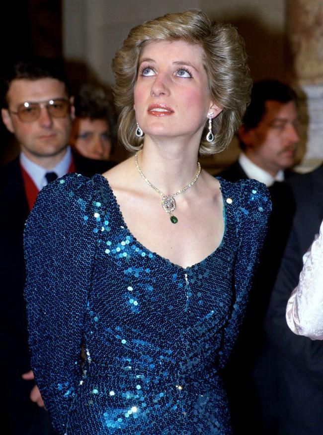 Cư dân mạng bất bình khi người thứ ba Camilla vô tư diện lại món nữ trang từng thuộc về Công nương Diana - Ảnh 4.