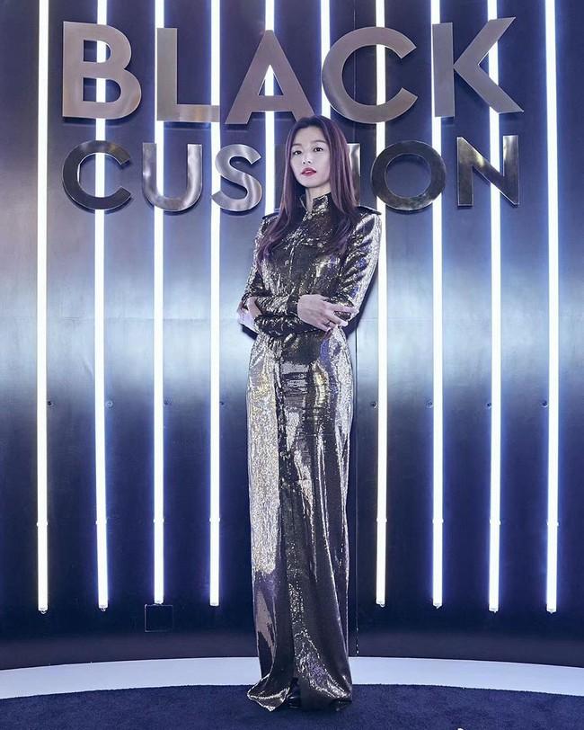 Mới giản dị như người thường ở sân bay, chỉ sau vài tiếng Jun Ji Hyun đã triệu hồi đẳng cấp nữ hoàng trứ danh như thế nào? - Ảnh 4.