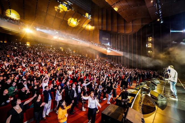 Đêm nhạc kì lạ: Mua vé cả chục triệu đồng, khán giả vẫn phấn khích dù phải đứng và mất sức vì việc này - Ảnh 12.