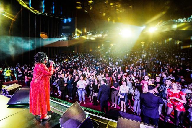 Đêm nhạc kì lạ: Mua vé cả chục triệu đồng, khán giả vẫn phấn khích dù phải đứng và mất sức vì việc này - Ảnh 13.