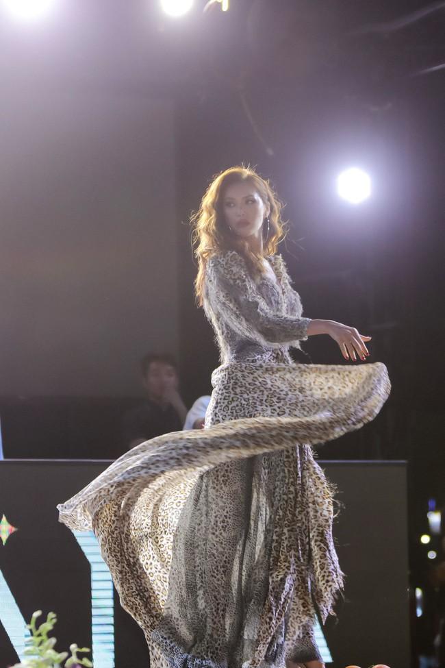 Minh Tú khoác trang phục họa tiết da beo, tự tin sải bước như nữ hoàng  - Ảnh 4.