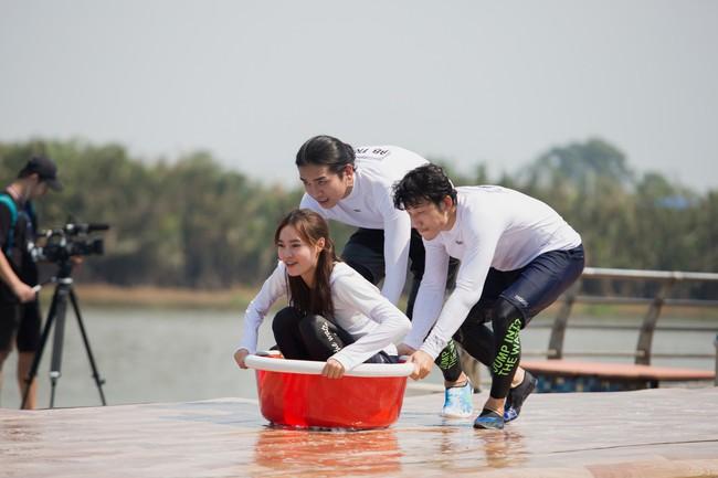 Running Man phiên bản Việt: Công chúa Minh Hằng vừa xuất hiện đã bị ngã chổng vó xuống nước - Ảnh 5.