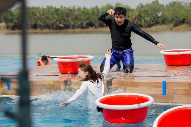 Running Man phiên bản Việt: Công chúa Minh Hằng vừa xuất hiện đã bị ngã chổng vó xuống nước - Ảnh 6.