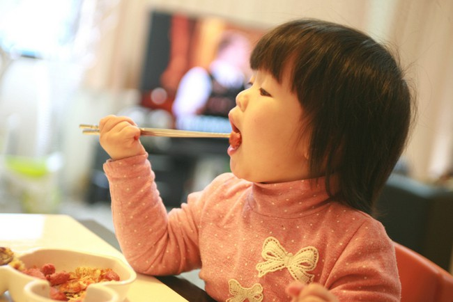 Các mẹ sẽ càng vất vả hơn nếu bỏ lỡ chính thời kỳ vàng tập cho trẻ tự ăn uống này - Ảnh 3.