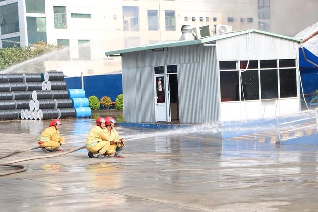Bình Dương: Đang cháy lớn tại KCN Sóng Thần 2, hàng chục xe cứu hỏa được điều tới hiện trường - Ảnh 5.