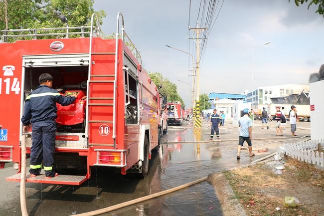 Bình Dương: Đang cháy lớn tại KCN Sóng Thần 2, hàng chục xe cứu hỏa được điều tới hiện trường - Ảnh 3.