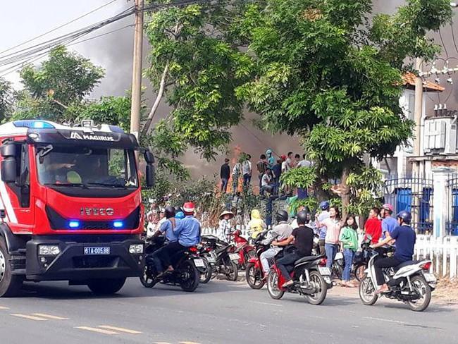 Bình Dương: Đang cháy lớn tại KCN Sóng Thần 2, hàng chục xe cứu hỏa được điều tới hiện trường - Ảnh 2.