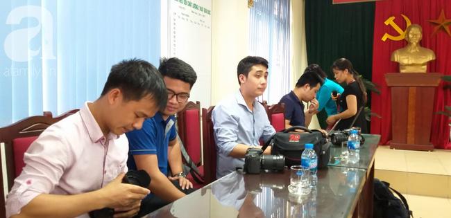 LIVE: Lãnh đạo trường Trần Phú trả lời vụ thầy giáo dạy Toán nghi dâm ô nhiều nam sinh ở Hà Nội - Ảnh 4.