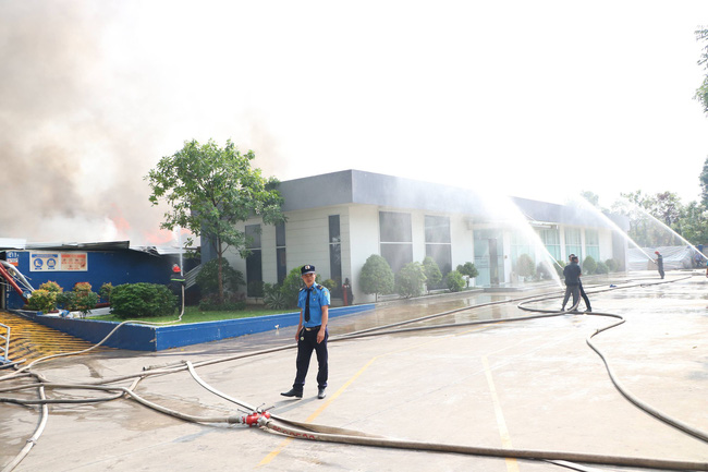 Bình Dương: Đang cháy lớn tại KCN Sóng Thần 2, hàng chục xe cứu hỏa được điều tới hiện trường - Ảnh 6.