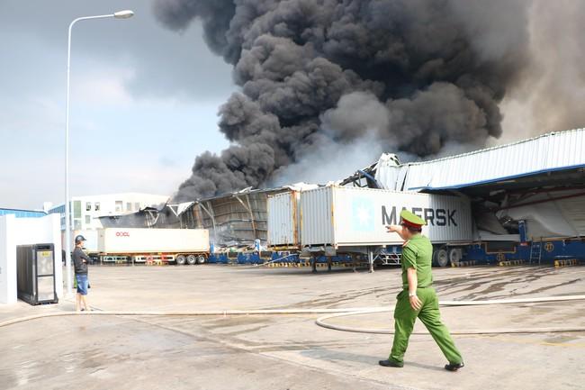 Bình Dương: Đang cháy lớn tại KCN Sóng Thần 2, hàng chục xe cứu hỏa được điều tới hiện trường - Ảnh 4.
