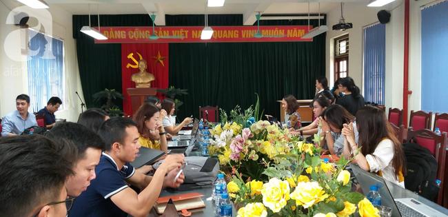 LIVE: Lãnh đạo trường Trần Phú trả lời vụ thầy giáo dạy Toán nghi dâm ô nhiều nam sinh ở Hà Nội - Ảnh 2.