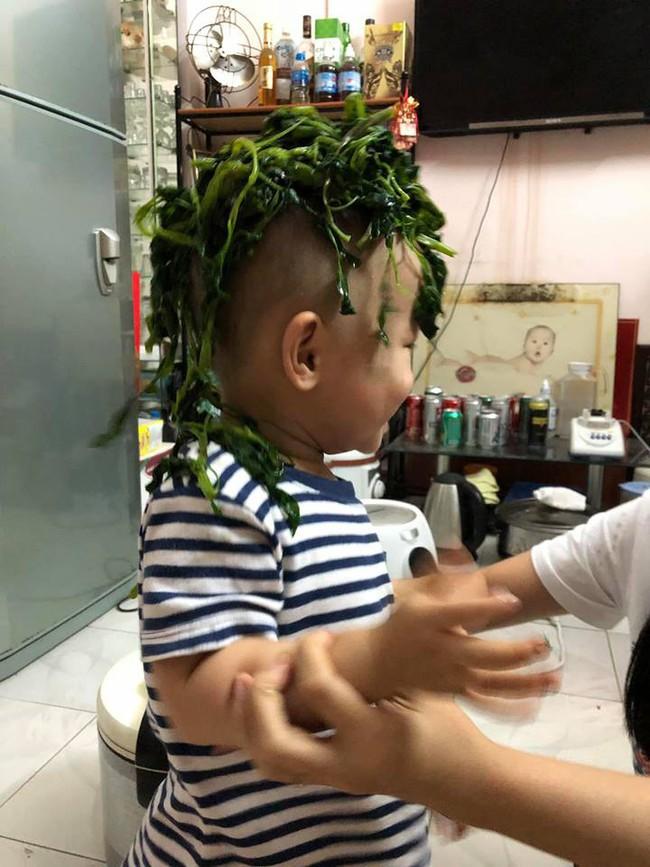 Nhân lúc cả nhà đang ăn cơm, cậu bé này liền làm một việc động trời khiến mẹ định phạt mà cuối cùng phải cười không nhặt được mồm - Ảnh 2.