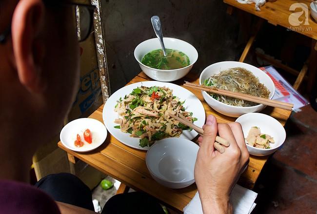 Nhân nghỉ lễ thảnh thơi, ghé ngay Hàng Đào nếm nộm gà rau húng độc đáo để đánh tan oi nóng đầu hè  - Ảnh 4.