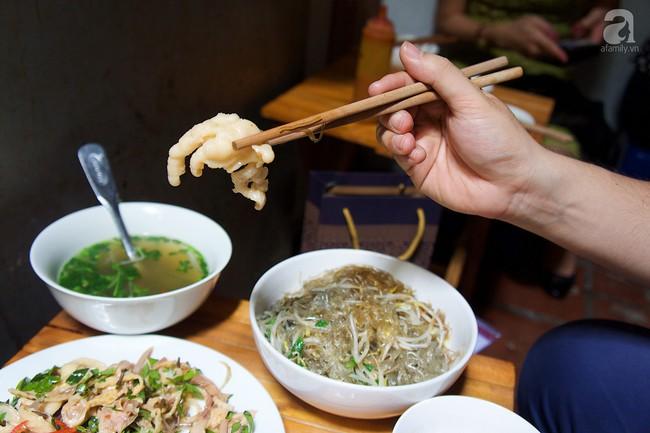 Nhân nghỉ lễ thảnh thơi, ghé ngay Hàng Đào nếm nộm gà rau húng độc đáo để đánh tan oi nóng đầu hè  - Ảnh 7.