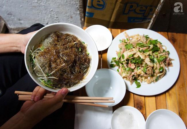 Nhân nghỉ lễ thảnh thơi, ghé ngay Hàng Đào nếm nộm gà rau húng độc đáo để đánh tan oi nóng đầu hè  - Ảnh 10.