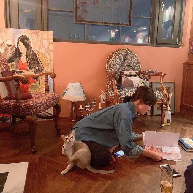 Giữa bão ly hôn, Song Hye Kyo đã có động thái đầu tiên nhắc đến Song Joong Ki khi tự làm túi gắn tên chồng? - Ảnh 1.