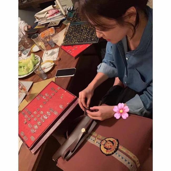 Giữa bão ly hôn, Song Hye Kyo đã có động thái đầu tiên nhắc đến Song Joong Ki khi tự làm túi gắn tên chồng? - Ảnh 3.