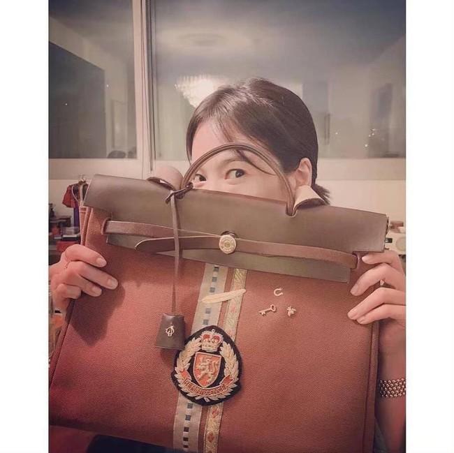 Giữa bão ly hôn, Song Hye Kyo đã có động thái đầu tiên nhắc đến Song Joong Ki khi tự làm túi gắn tên chồng? - Ảnh 4.