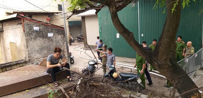 Hiện trường vụ cháy làm 8 người chết tại Hà Nội: Người mẹ gào khóc ngồi đợi nhận thi thể con trai - Ảnh 12.